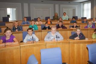 Die Kinder durften auf den Sitzen der Abgeordneten im Mainzer Plenarsaal platznehmen.