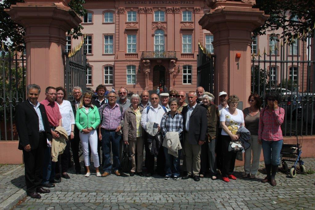 Besuchergruppe vor dem Mainzer Landtag im Juli 2013