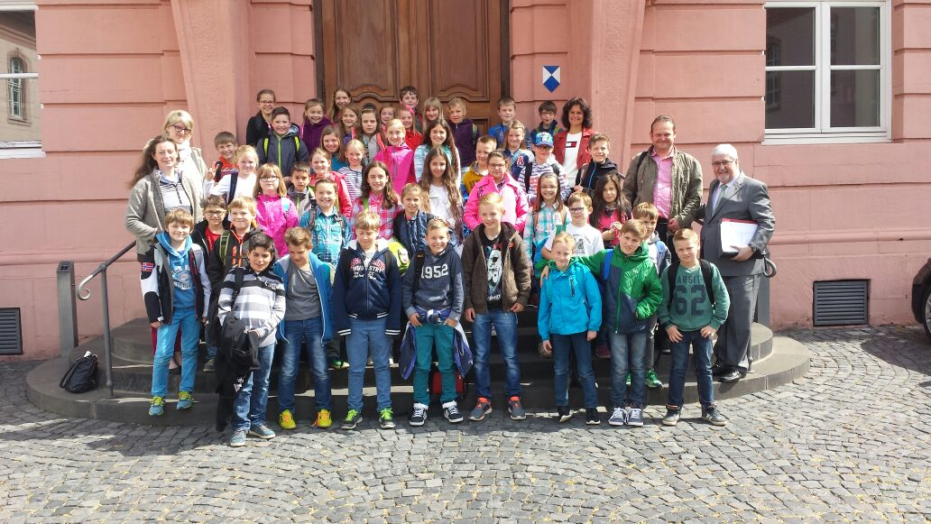 Besuch der 4. Klassen der Grundschule Straßenhaus im Mainzer Landtag