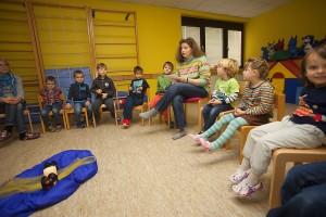 bundesweiter-Vorlesetag-Die-Kinder-hören-ganz-gespannt-der-Vorleserin-Elisabeth-Bröskamp-zu