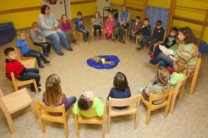 bundesweiter-Vorlesetag-Die-Kinder-hatten-mit-ihren-Erzieherinnen-einen-Stuhlkreis-gebildet